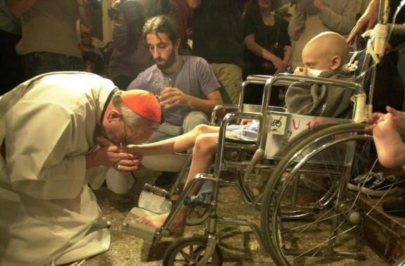 Papa Francesco – Jorge Mario Bergoglio - bacia i piedi a un malato di AIDS