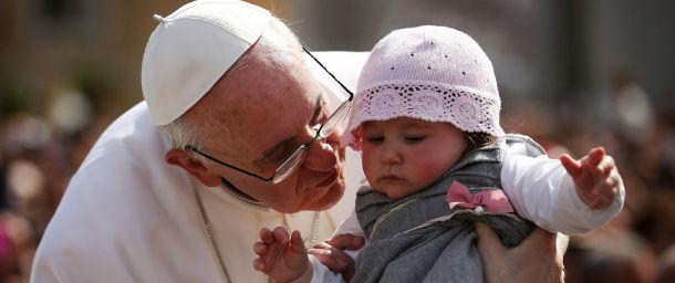 Papa Francesco con un bambino