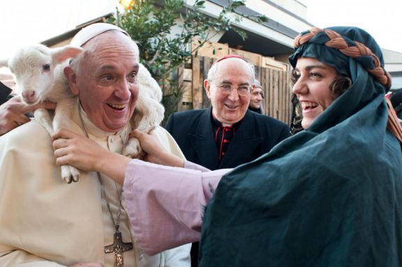 Papa Francesco e l'agnellino