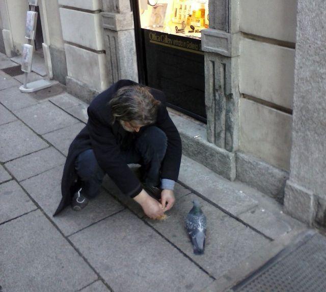 senzatetto e colombo - foto di Iannozzi Giuseppe