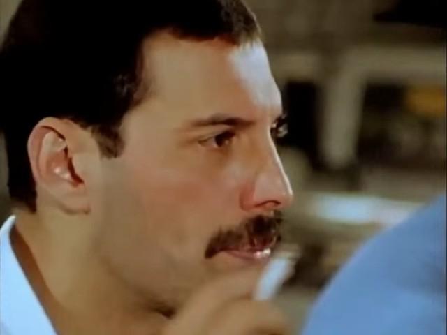 Freddie Mercury - cigarette