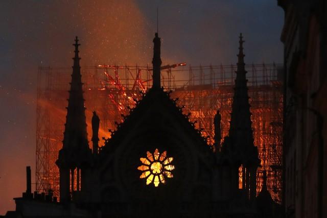 Notre-Dame va a fuoco